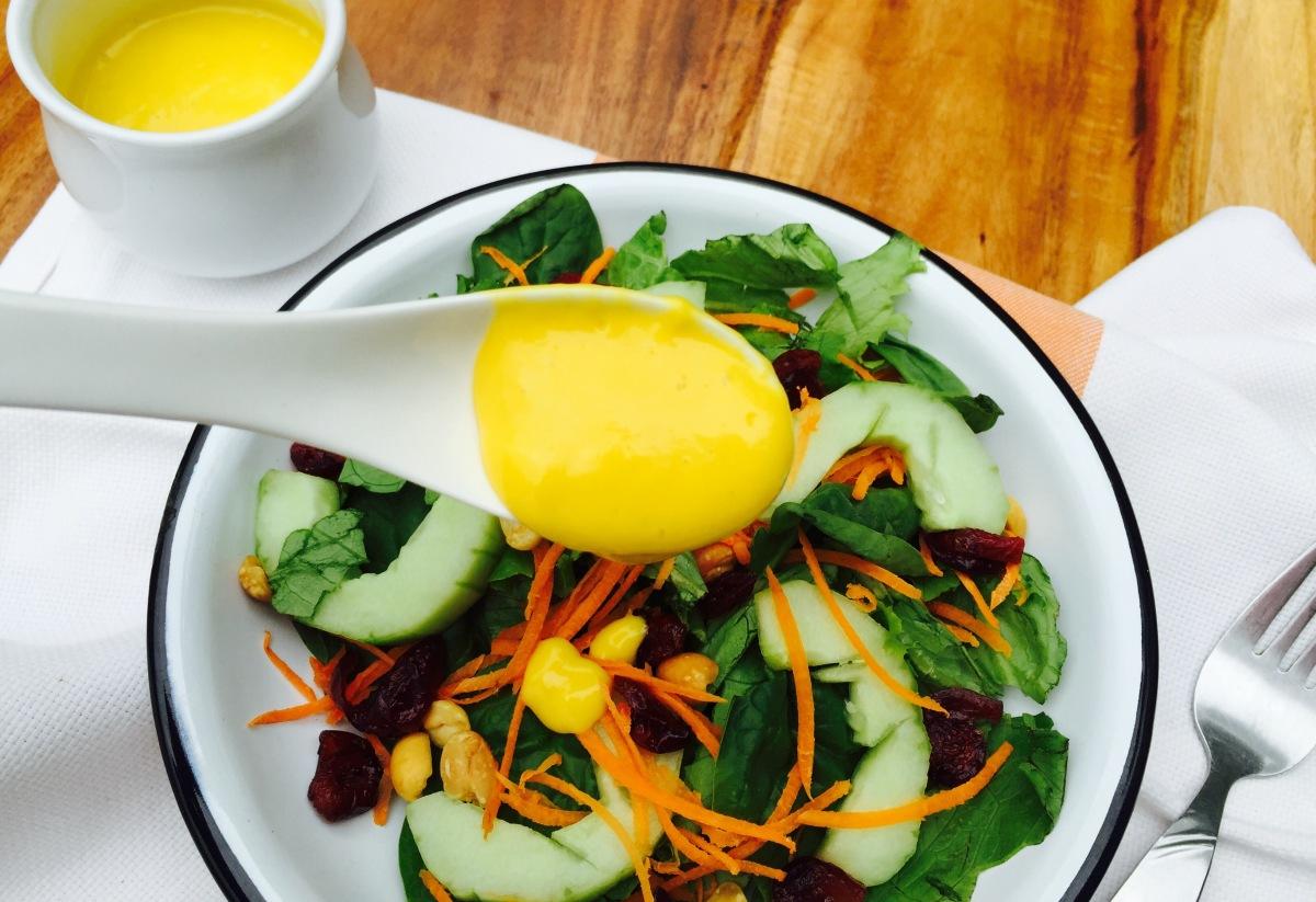 Ensalada poderosa con aderezo de mango