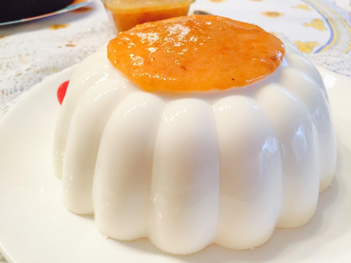 Gelatina de yogur natural y coulis dechabacano