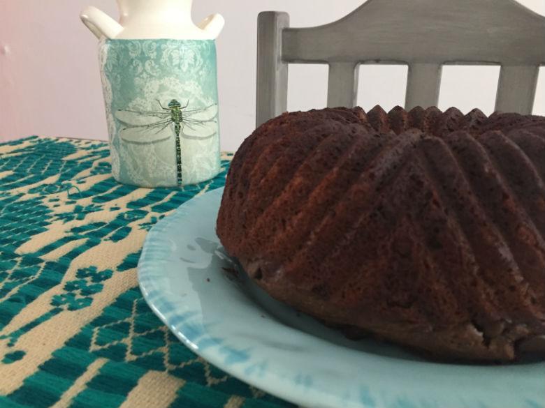 Bundt cake esponjoso de chocolate y plátano (ultrasencillo)